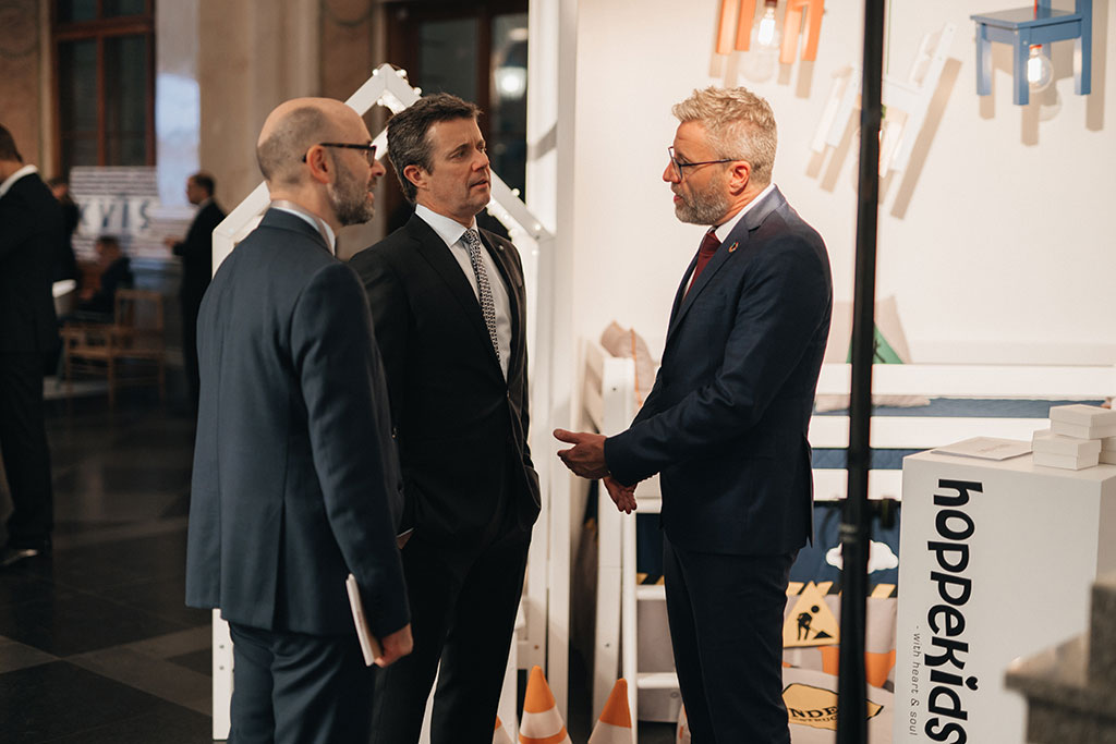 Hoppekids Owner René Stenvang in conversation with HRH Crown Prince Frederik of Denmark --  Foto by Krists Luhaers